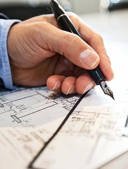 Mann mit Füller am Zeichnen